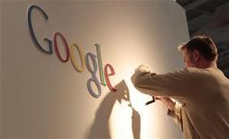 <p>Les résultats de Google au troisième trimestre ont largement dépassé les attentes de Wall Street, le contrôle des coûts ayant aidé le leader mondial de la recherche sur internet à accroître ses bénéfices d'environ 26%. /Photo d'archives/REUTERS/Tobias Schwarz</p>