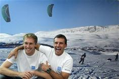 <p>Belgian explorers Dixie Dansercoer and Sam Deltour (L) pose after presenting their plan to break the world record for the longest autonomous and non-motorised polar expedition at a news conference in Brussels October 18, 2011. REUTERS/Francois Lenoir</p>