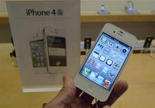 <p>A white Apple iPhone 4S is shown on display at an Apple Store in Clarendon, Virginia, October 14, 2011. REUTERS/Jason Reed</p>