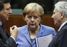 <p>(L to R) European Commission President Jose Manuel Barroso (L), Germany's Chancellor Angela Merkel (C) and European Central Bank President Jean-Claude Trichet (R) attend a euro zone summit in Brussels October 23, 2011. REUTERS/Yves Herman</p>