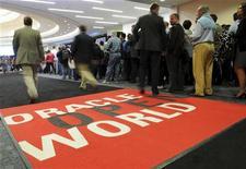 """<p>Visiteurs au salon Oracle OpenWorld à San Francisco, en octobre. Le premier éditeur de logiciels de gestion de bases de données a scellé un accord en vue du rachat de RightNow Technologies pour environ 1,5 milliard de dollars (1,1 milliard d'euros), acceptant de verser une prime de près de 20% pour s'offrir le spécialiste de l'informatique dématérialisée (""""cloud computing""""). /Photo prise le 2 octobre 2011/REUTERS/Susana Bates</p>"""