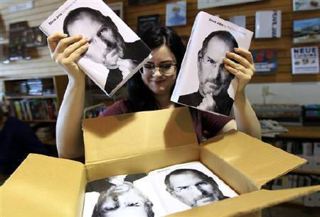 Store clerk Allison Page unpacks a box of the new biography of Apple CEO Steve Jobs by Walter Isaacson in San Francisco, California October 24, 2011.  REUTERS/Robert Galbraith