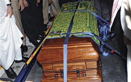 The Coffin of Saudi Arabia's Crown Prince Sultan bin Abdulaziz al-Saud arrives at Riyadh Military Air Base in Riyadh October 24, 2011. REUTERS/Saudi Press Agency/Handout