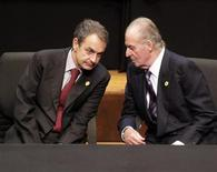 <p>Spain's King Juan Carlos (R) and Prime Minister Jose Luis Rodriguez Zapatero chat during the opening of the Latin American Summit of Paraguay in Asuncion October 28, 2011. REUTERS/Jorge Adorno</p>