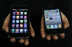 <p>Un combiné Galaxy S de Samsung (à gauche) et un iPhone 4 d'Apple. La Commission européenne a annoncé vendredi qu'elle ouvrait une enquête pour déterminer si Apple et Samsung ont enfreint le droit de la concurrence concernant les brevets faisant office de normes dans le secteur de la téléphonie mobile. /Photo prise le 22 avril 2011/REUTERS/Truth Leem</p>
