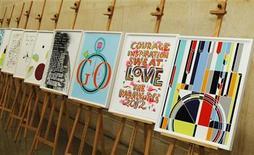 <p>Los afiches oficiales de los Juegos Olímpicos y Paraolímpicos de Londres 2012, expuestos en la galería Tate de Londres, nov 4 2011. Las campanas sonarán en toda Gran Bretaña la mañana del 27 de julio para celebrar la inauguración de los Juegos Olímpicos de Londres 2012, como parte de un programa de 12 semanas de eventos culturales que unen las artes con el deporte. REUTERS/Luke MacGregor</p>