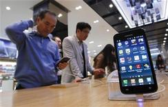 <p>Customers look at Samsung Electronics' Galaxy S II LTE smartphones on display at a shop at the company's headquarters in Seoul October 28, 2011. Samsung Electronics Co overtook Apple Inc as the world's top smartphone maker in the July-September period with a 44 percent jump in shipments, and forecast strong sales in the current quarter in a clear warning to its rivals. REUTERS/Jo Yong-Hak (SOUTH KOREA - Tags: BUSINESS)</p>