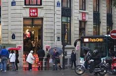 <p>Customers queue to enter in the casual clothing store Uniqlo operated by Japan's Fast Retailing in Paris October 6, 2009 after opened in the central shopping district of the French capital on October 1. REUTERS/Charles Platiau</p>