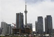 <p>Condo buildings are seen under in construction in Toronto June 19, 2009. REUTERS/Chris Roussakis</p>