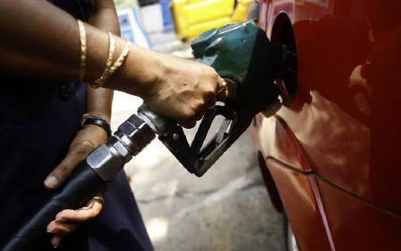 An employee fills a customer's tank at a petrol pump in Kolkata May 24, 2008. Prime Minister Manmohan Singh began a meeting with Mamata Banerjee, the biggest ally in the United Progressive Alliance (UPA) on Tuesday to heal a rift over a fuel price hike last week seen as crucial to shrink a widening budget deficit. REUTERS/Jayanta Shaw/Files
