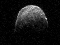 <p>Imagen de la NASA del asteroide 2005 YU 55. Un asteroide negro del tamaño de un portaaviones pasó a gran velocidad junto la Tierra el martes, deleitando a los astrónomos que prepararon sus telescopios para seguirlo con la esperanza de aprender más sobre su composición y origen. REUTERS/NASA/JPL-Caltech/Handout Imagen para uso no comercial, ni ventas, ni archivos. Solo para uso editorial. No para su venta en marketing o campañas publicitarias. Esta imagen fue entregada por un tercero y es distribuida, exactamente como fue recibida por Reuters, como un servicio para clientes.</p>