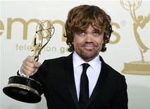 "<p>Con un papel protagonista en una serie televisiva de éxito y un Emmy bajo el brazo, el actor Peter Dinklage vuelve a sus raíces independientes en la comedia negra ""Pete Smalls Is Dead"". EN la foto de archivo, Dinklage sostiene el Emmy que gano por su actuacion en ""Game Of Thrones"". Sep 18, 2011. REUTERS/Lucy Nicholson</p>"