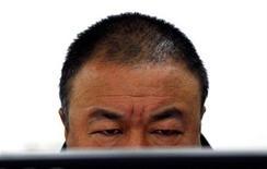 <p>Imagen de archivo del artista chino Ai Wei Wei frente a un ordeandor en su estudio de Pekín, nov 16 2011. Primero fue dinero doblado en forma de aviones de papel que volaron por encima de los muros de la casa del artista disidente Ai Weiwei. Ahora, la última muestra de solidaridad de internautas chinos con Ai ha tomado la forma de protesta más improbable: un desnudo masivo. REUTERS/David Gray</p>