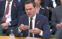 <p>Foto de archivo de James Murdoch frente a un panel de parlamentarios en Londres, nov 10 2011. James Murdoch renunció a los directorios de las editoriales de diarios británicos de News Corp, que incluía al ahora inexistente tabloide News of the World, que fue el centro de un escándalo de escuchas telefónicas, mostraron comunicados al regulador. REUTERS/Parbul TV via Reuters TV SOLO USO EDITORIAL</p>