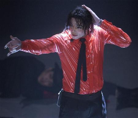 Singer Michael Jackson performs ''Dangerous'' during a taping of ''American Bandstand's 50th...A Celebration'' in Pasadena, California, April 20, 2002. REUTERS/Jim Ruymen