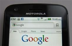 """<p>Las acciones de Google Inc se están negociando bajo los múltiplos del mercado y son una irresistible oportunidad por riesgo y beneficio en el sector de las grandes compañías de internet, dijo Citigroup, que mejoró su recomendación sobre el título a """"comprar"""". En la foto de archivo, un Motorola Droid haciendo una busqueda en Internet en la pagina de Google. Ago 15, 2011. REUTERS/Brendan McDermid</p>"""