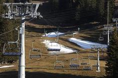 <p>Patches of artificial snow from snow cannon tests are seen on snowless slopes under an idle ski-lift during sunny autumn weather in Lenzerheide, November 25, 2011. REUTERS/Christian Hartmann</p>