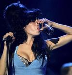"""<p>Imagen de archivo de la fallecida cantante británica Amy Winehouse durante el Festival de Jazz de St. Lucia, mayo 8 2009. El álbum póstumo de Amy Winehouse, """"Lioness: Hidden Treasures"""", llegará el lunes a las tiendas y al único fan al que le será difícil escucharlo será al padre de la artista, Mitch, quien dice que es difícil oir """"el genio"""" de su hija. REUTERS/Andrea De Silva/Files</p>"""