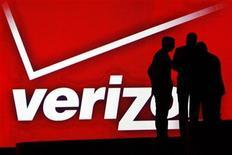 <p>Verizon Wireless va verser 3,6 milliards de dollars (2,7 milliards d'euros) à un consortium d'opérateurs câblés américains -dans lequel figurent notamment Comcast et Tim Warner Cable- pour racheter des fréquences sans fil, accentuant la pression sur ses principaux rivaux et rebattant les cartes dans le secteur. /Photo prise le 6 janvier 2011/REUTERS/Rick Wilking</p>