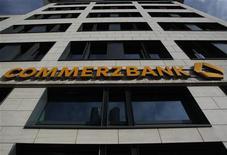 <p>L'Allemagne est prête à nationaliser Commerzbank si la deuxième banque du pays se révèle incapable de lever suffisamment de capitaux l'année prochaine, rapporte dimanche Der Spiegel. Le ministère des Finances n'a pas commenté l'information. /Photo prise le 4 novembre 2011/REUTERS/Alex Domanski</p>