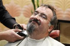 <p>A barber shaves the beard of Belgium's Flemish journalist Koen Fillet in Brussels December 5, 2011. REUTERS/Francois Lenoir</p>