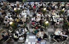 <p>People work at a cafe in Taipei in this July 31, 2009 file photo. REUTERS/Nicky Loh</p>