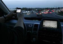 <p>A driver uses his smart phone while in traffic in Encinitas, California December 10, 2009. REUTERS/Mike Blake</p>