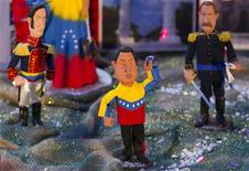 <p>Una figura del presidente venezolano, Hugo Chávez, adorna un pesebre navideño en Caracas, dic 8 2011. Según la tradición cristiana, algunos pastores y tres Reyes Magos acudieron al nacimiento de Jesús. Pero para los partidarios del presidente Hugo Chávez, el líder venezolano también asistió y estuvo acompañado del héroe de la independencia sudamericana Simón Bolívar y hasta del cantante popular Alí Primera. REUTERS/Carlos Garcia Rawlins</p>