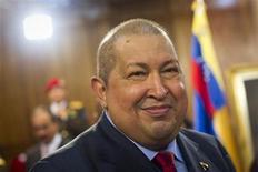 <p>El presidente venezolano, Hugo Chávez, durante una conferencia de prensa en Caracas, dic 6 2011. El presidente venezolano Hugo Chávez canceló un viaje a Argentina y Brasil, dijo el viernes una organización brasileña, abortando su primera gira oficial desde que declaró haberse curado de un cáncer detectado a mediados de año. REUTERS/Carlos Garcia Rawlins</p>