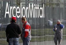 <p>Comme les autres valeurs cycliques, ArcelorMittal profite du repositionnement des investisseurs à la Bourse de Paris, où le titre est suivi mardi. /Photo d'archives/REUTERS/Yves Herman</p>