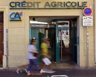 <p>Crédit Agricole, l'une des valeurs à suivre à la Bourse de Paris. La banque présentera mercredi le plan de réorganisation de ses activités de banque de financement et d'investissement (BFI), qui devrait comporter des suppressions de postes, selon des sources syndicales. /Photo prise le 13 septembre 2011/REUTERS/Jean-Paul Pélissier</p>