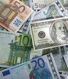 <p>L'euro est tombé mercredi à 1,3005 dollar, un nouveau plus bas de 11 mois par rapport au dollar, reflétant la forte inquiétude des investisseurs face à la crise budgétaire européenne et au risque d'abaissement de plusieurs notes souveraines de la région. /Photo prise le 13 janvier 2011/REUTERS/Kacper Pempel</p>