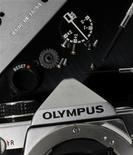 <p>Olympus a remis a plat ses comptes mercredi, révélant un trou de 1,1 milliard de dollars dans son bilan et laissant ainsi penser que le fabricant japonais d'appareils photo et de matériel médical devra fusionner ou vendre des actifs pour rétablir ses finances. /Photo prise le 24 novembre 2011/REUTERS/Kim Kyung-Hoon</p>