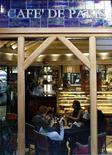 <p>Un grupo de personas al interior del Café de París en Roma, dic 19 2011. Durante los intensos días de la Dolce Vita en la década de 1960, el Café de París en Roma era uno de los lugares preferidos de las estrellas y los sultanes. REUTERS/Tony Gentile</p>