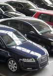 <p>El próximo año será más difícil que el 2011 para la industria automotriz, dijo a Reuters el presidente ejecutivo de Audi, Rupert Stadler, en una entrevista realizada durante el fin de semana. En la foto de archivo, varios autos de Audi en una exposición en Burgos, España. Nov 2, 2011. REUTERS/Felix Ordoñez</p>