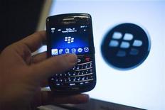 <p>Imagen de archivo de un teléfono móvil BlackBerry en Washington, dic 15 2011. Research In Motion está a punto de despojar a sus copresidentes ejecutivos de su rol adicional en la presidencia compartida del directorio, reportó el martes un diario canadiense, lo que alentó las esperanzas de los inversores en el futuro del fabricante de la BlackBerry. REUTERS/Jonathan Ernst</p>