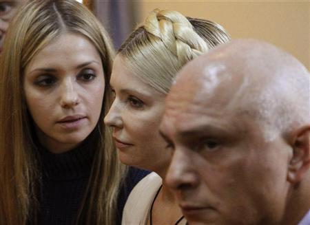 Ukrainian ex-prime minister Yulia Tymoshenko (C), her daughter Yevhenia (L) and husband Oleksander attend a session at the Pecherskiy district court in Kiev October 11, 2011. REUTERS/Gleb Garanich