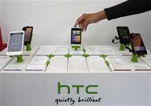 <p>Imagen de archivo de una serie de teléfonos HTC en una tienda en Taipéi, nov 24 2011. El fabricante taiwanés de teléfonos inteligentes HTC Corp reportó una baja de su ganancia del cuarto trimestre mayor a la esperada, porque a sus modelos les fue difícil la competencia con el iPhone de Apple Inc y con la línea Galaxy de Samsung. REUTERS/Pichi Chuang</p>