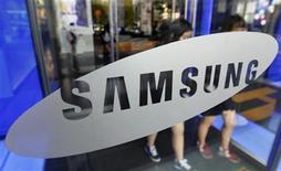 <p>Imagen de archivo del logo de la firma Samsung Electronics en su casa matriz de Seúl, oct 28 2011. Samsung Electronics, el mayor fabricante mundial de chips de memoria y dispositivos móviles, reportó el viernes una utilidad trimestral récord, impulsada por ganancias extraordinarias y las mejores ventas que ha visto de sus teléfonos más exclusivos. REUTERS/Jo Yong-Hak</p>