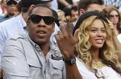 <p>El rapero Jay-Z y su esposa, Beyonce, entre el público asistente al duelo entre el serbio Novak Djokovic y el español Rafael Nadal por la final del Abierto de Estados Unidos en Nueva York, sep 12 2011. El rapero Jay-Z publicó una canción el lunes en la que celebra el nacimiento de su hija con Beyonce y reveló que la pareja tuvo problemas durante años para ser padres. REUTERS/Lucy Nicholson</p>