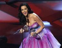 """<p>La cantante Katy Perry celebra con dos sus trofeos recibidos durante la entrega de premios People's Choice en Los Angeles, ene 5 2011. La magia de """"Harry Potter"""" se impuso el miércoles en los premios People's Choice en una noche donde también brilló la cantante Katy Perry en el inicio de la temporada de premios de Hollywood. REUTERS/Mario Anzuoni</p>"""