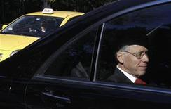 <p>Head of the Institute of International Finance (IIF) Charles Dallara enters the Greek Prime Minister's office in a car in Athens January 20, 2012. REUTERS/Yiorgos Karahalis</p>