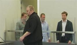 <p>Le fondateur de Megaupload.com, Kim Dotcom, devant un tribunal à Auckland, en Nouvelle-Zélande. Deux hommes recherchés par le FBI pour violation de droits d'auteur et blanchiment d'argent dans le cadre de l'enquête sur le site de partage de fichiers ont été arrêtés. /Image diffusée le 23 janvier 2012/REUTERS/TV3 via Reuters Tv</p>