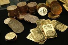 <p>Les achats d'or réalisés par les banques centrales devraient avoir atteint un nouveau record en 2011, selon un rapport, les institutions ayant cherché dans le métal une diversification de leurs actifs pour réduire leur exposition au dollar américain. /Photo d'archives/REUTERS/Mike Segar</p>
