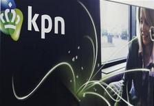 <p>Le groupe néerlandais de téléphonie KPN a dit mardi anticiper un bénéfice courant compris entre 4,7 et 4,9 milliards d'euros en 2012, contre 5,268 milliards l'année dernière. /Photo d'archives/REUTERS/Jerry Lampen</p>