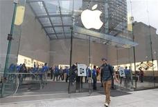 <p>Les résultats d'Apple sur les trois derniers mois de 2011 ont nettement dépassé les attentes de Wall Street, à la faveur de ventes solides de combinés iPhone et de tablettes iPad pendant la période des fêtes. Le chiffre d'affaires s'est envolé de 73% à 46,33 milliards de dollars, alors que les analystes tablaient sur environ 39 milliards selon Thomson Reuters I/B/E/S. /Photo d'archives/REUTERS/Brendan McDermid</p>