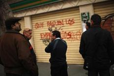 <p>People wait to enter a government job centre in Malaga, southern Spain, January 27, 2012. REUTERS/Jon Nazca</p>