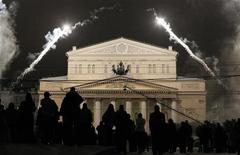 <p>People look at the illuminated Bolshoi Theatre during its reopening ceremony in Moscow, October 28, 2011. REUTERS/Denis Sinyakov</p>