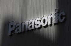 <p>Le japonais Panasonic a annoncé vendredi prévoir une perte nette annuelle record de près de huit milliards d'euros pour l'exercice 2011-2012, en raison notamment de la baisse de la demande de téléviseurs dans un contexte très concurrentiel. /Photo prise le 3 février 2012/REUTERS/Kim Kyung-Hoon</p>