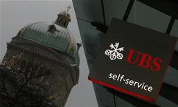 <p>UBS, l'une des banques visées par la Commission de la Concurrence (COMCO) suisse. L'autorité suisse a annoncé vendredi l'ouverture d'une enquête visant plusieurs banques internationales soupçonnées d'avoir conclu des accords pour influencer les taux de référence interbancaires et le marché de certains produits dérivés. /Photo prise le 1er février 2012/REUTERS/Pascal Lauener</p>